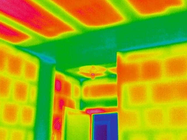 Termografia eseguita dal ns staff tecnico per un intervento di consolidamento strutturale e riqualificazione energetica di edificio esistente in Villa d'Almè (Bg): in verde parti in c.a. (travetti solaio, trave, pilastro, architrave su porta), in rosso elementi in laterizio