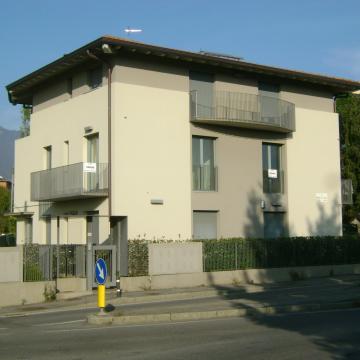 Appartamenti al piano primo: vista edificio dalla via Martiri della Libertà